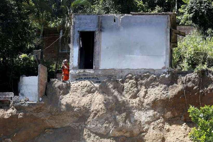 Deslizamento de encosta no Morro da Boa Esperança. Vítimas foram soterradas quando uma rocha se partiu, levando junto casas, árvores e muita lama, na madrugada de sábado (10/11). Foto: Tânia Rêgo/Agência Brasil