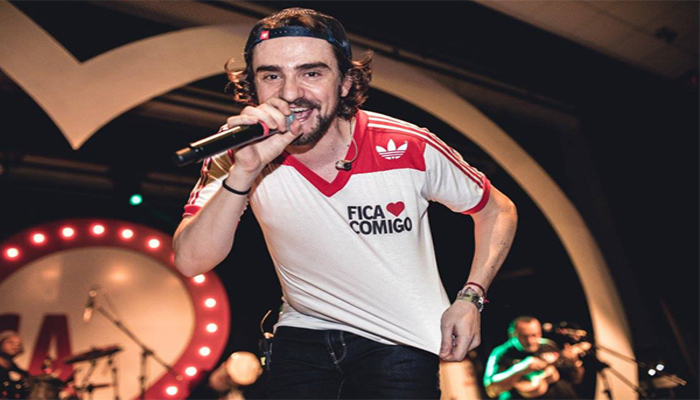 O vocalista Delão Garcia comanda o show repleto de clássicos do pagode dos anos 90. Foto: Reprodução/Internet