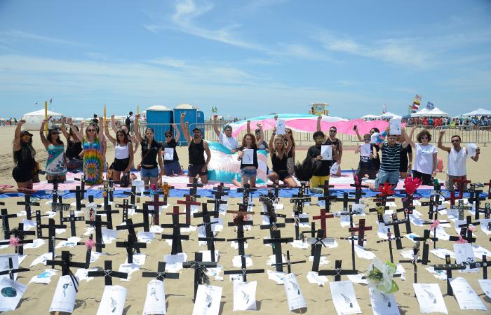 Manifestação na Praia de Copacabana, em 2017, lembra as vítimas da transfobia no Brasil. Foto: Tomaz Silva/Arquivo/Agência Brasil