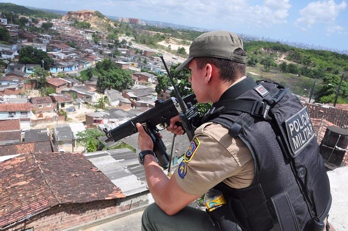 Durante a operação, que foi finalizada por volta no início da tarde, foram apreendidos 252 pequenas porções de maconha e 29 pedras de crack (Policia Militar de Pernambuco/Divulgação)