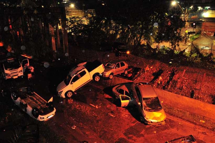 Temporal arrasta carros nas imediações da Avenida Vilarinho. Foto: Marcos Vieira/EM