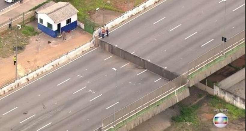 Viaduto cede e interdita trânsito na Marginal Pinheiros, em São Paulo. Foto: Reprodução/TV Globo