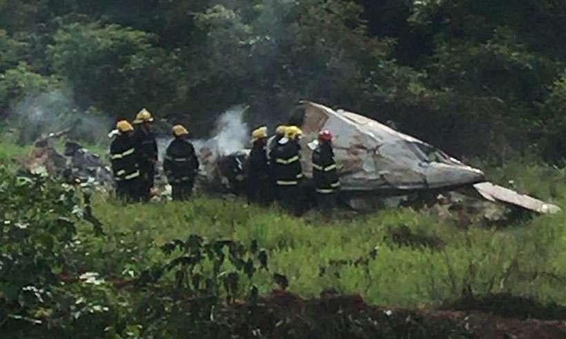 Bombeiros trabalham no local onde a aeronave explodiu. Foto: Corpo de Bombeiros/Divulgação