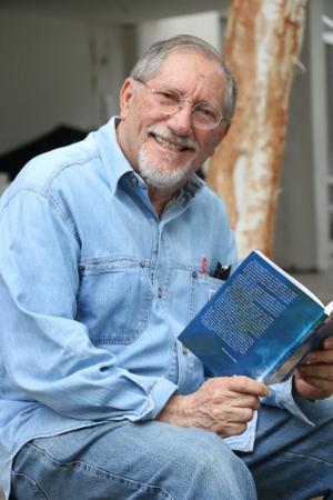 Escritor Paulo Caldas ministra oficina há oito anos e celebra nova coletânea de textos. Crédito: Gabriel Melo/Esp. DP (Crédito: Gabriel Melo/Esp. DP)