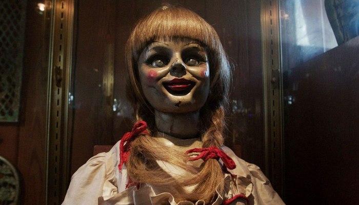 O produtor-executivo da série de filmes de terror já havia mencionado que a boneca seria mostrada interagindo com a filha do casal Warren. Foto: Warner Bros/Divulgação