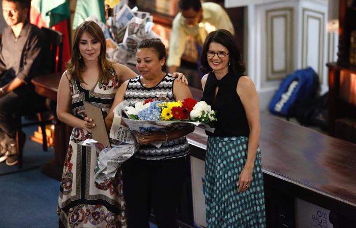 A irmã de Graça Araújo esteve no evento para receber a homenagem. Foto: Paulo Paiva/DP