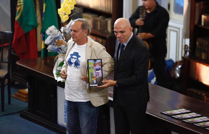 O irmão de Alceu Valença recebeu a homenagem pelo artista. Foto: Paulo Paiva