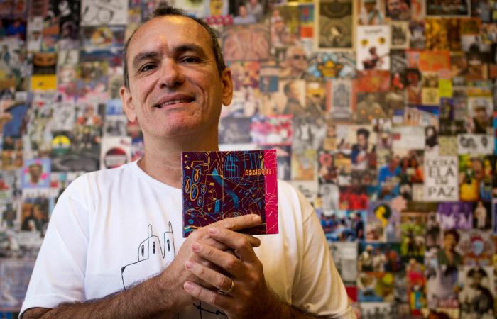 Fábio Cabral de Mello com o disco Arrisque!, coletânea com artistas locais. Foto: Leo Malafaia/Esp. DP
