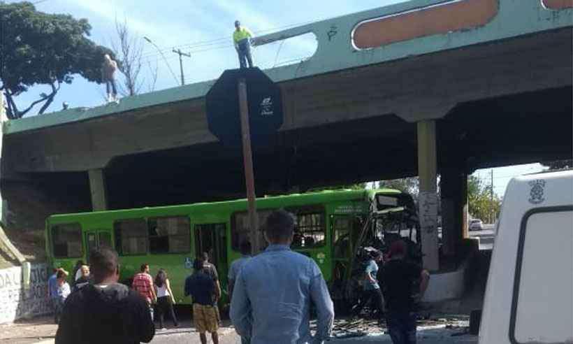 Ônibus cai de viaduto da Av. João César de Oliveira, em Contagem. Foto: Reprodução da internet/WhatsApp