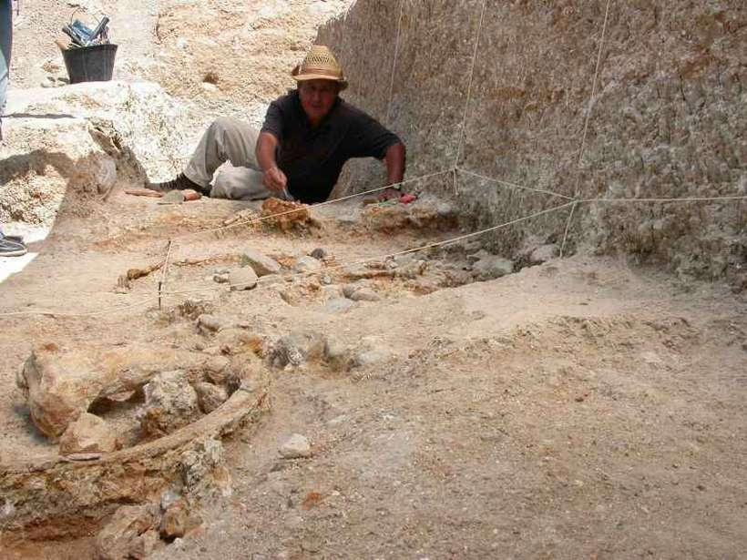 O sítio Ain Boucherit tem indícios de primeiras tecnologias usadas pelos hominídeos para se alimentar: ossos e pedras bem preservados. Foto: Mohamed Sahnouni/Divulgação