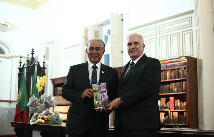 Gabriel Bacelar recebeu honraria das mãos do secretário de Desenvolvimento Econômico, Antonio Mario.  Foto: Camila Pifano / Esp.DP