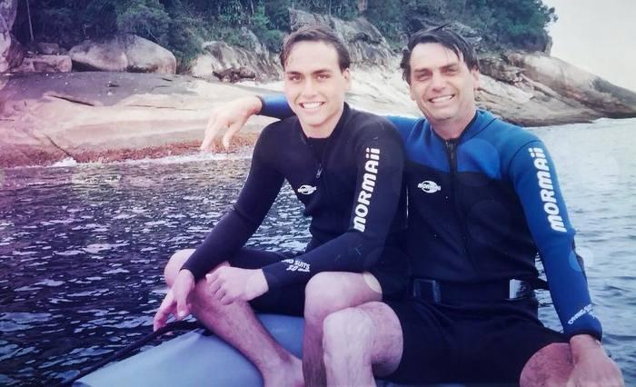 Carlos foi o primeiro filho de Bolsonaro a entrar para a política. Foi eleito pela primeira vez para a Câmara em 2000, aos 17 anos, e assumiu em janeiro de 2001. Facebook/Bolsonaro/reprodução