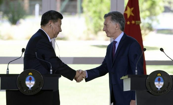Xi e Macri cumprimentam-se durante entrevista coletiva após a reunião de trabalho na Argentina AFP / JUAN MABROMATA