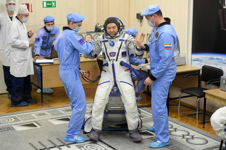 Roupa do cosmonauta Oleg Kononenko é testada antes do lançamento, no Cazaquistão. Foto: AFP