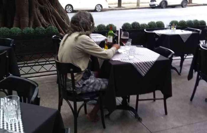 Cliente almoçou na varanda do restaurante e pediu vinho para acompanhar a refeição. Foto: Reprodução/Rafael Salazar