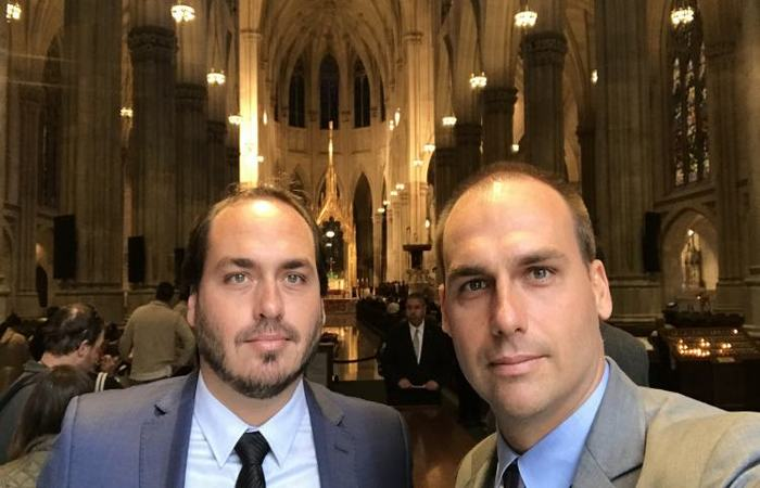 Carlos (à esquerda) e Eduardo (à direita) Bolsonaro. Foto: Divulgação