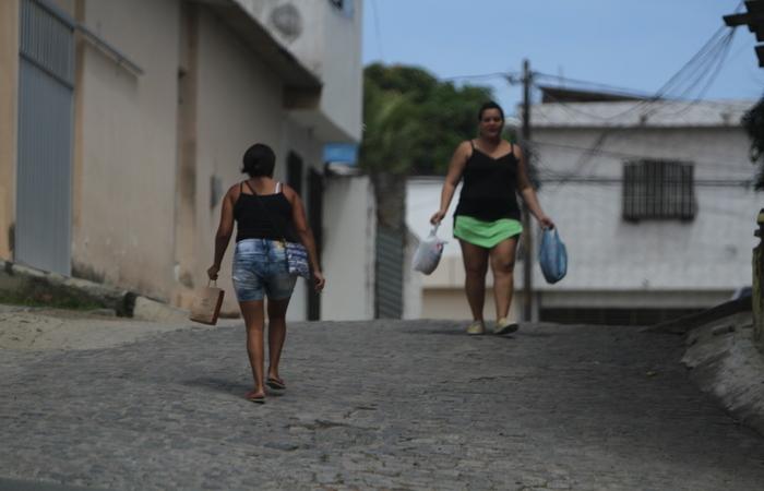 Moradores evitam sair sozinhos nas ruas e andam apressados com medo de serem vítimas de algum assalto. Foto: Nando Chiappetta/DP FOTO