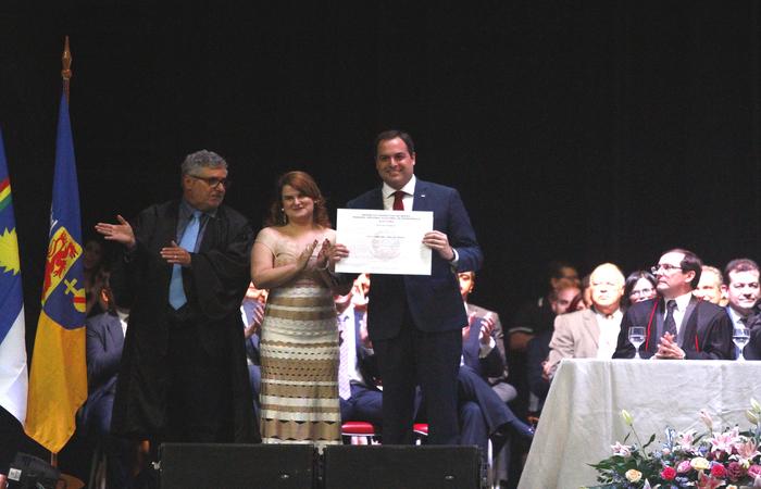Paulo Câmara recebeu o diploma ao lado da primeira-dama Ana Luíza Câmara. Foto: Leo Malafaia/Esp. DP Foto