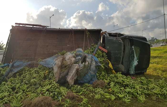 Caminhão de bananas tombou após ser atingido por outro veículo na traseira. Imagem: PRF/Divulgação