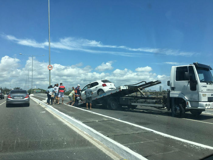 Intervenção para retirada do carro causou retenção no Pina. Foto: Anamaria Nascimento/DP.