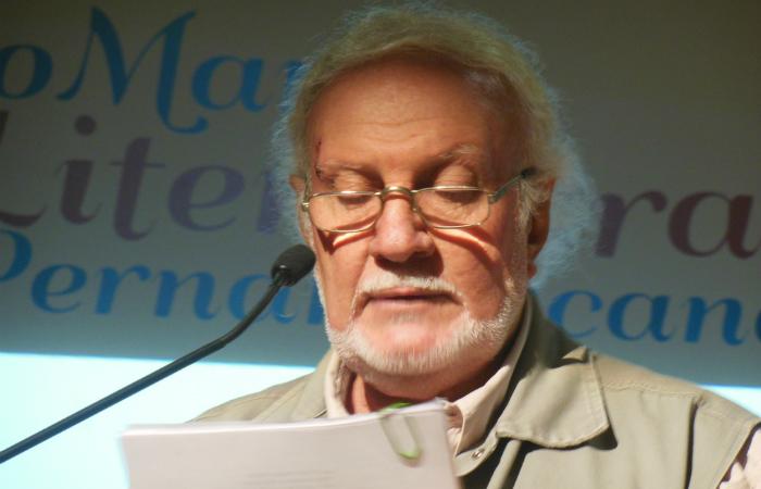 Accioly passou uma década escrevendo o livro, tendo finalizado em 2017 em sua residência na Ilha de Itamaracá. Foto: Divulgacão