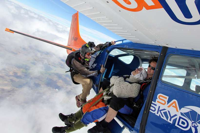 Foto: Bryce SELLICK, MATT TEAGER / SA Skydiving / AFP