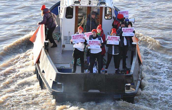 Barco do grupo 'People's Vote' em campanha para votação do Brexit é visto no rio Tâmisa, em Londres, em 13 de dezembro de 2018. Foto: Ben STANSALL / AFP