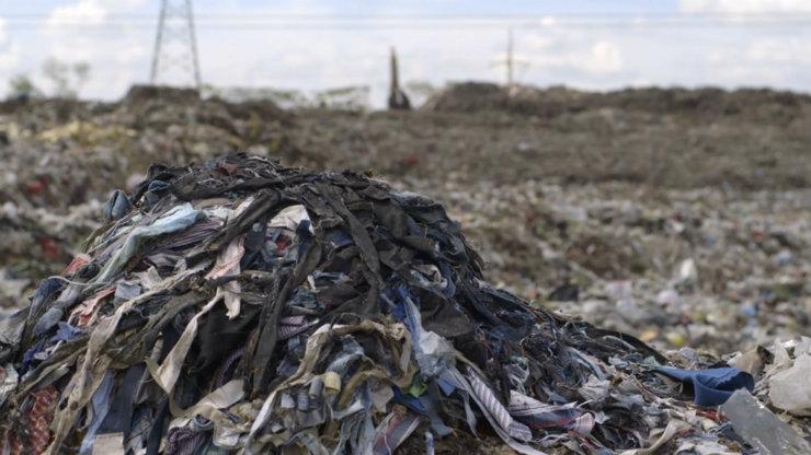 Descarte de materiais e emissão de gases estão entre alguns dos principais prejuízos da indústria da moda ao planeta. Foto: The True Cost/Reprodução