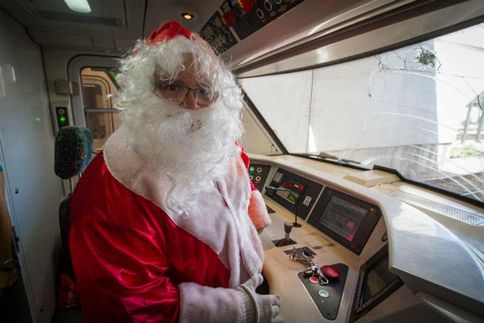 O maquinista Admilton Antônio de Oliveira Filho representa o papai Noel há quatro anos. Foto: Léo Malafaia/Esp.DP.