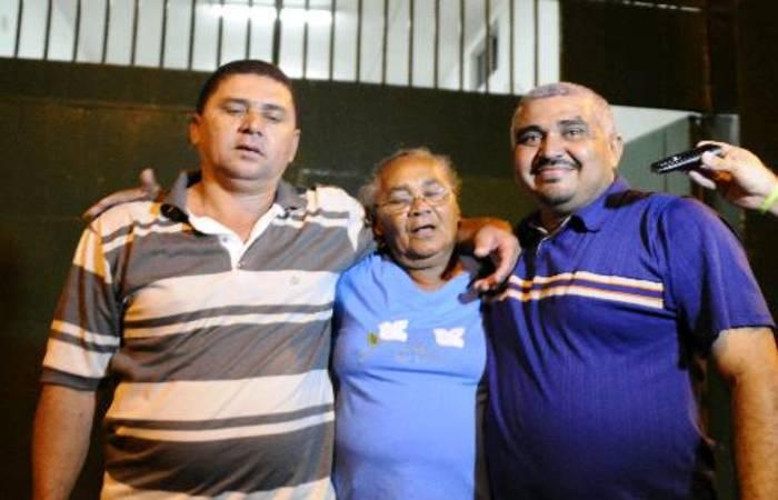 Marcelo e Valfrido com a mãe. Foto: Heitor Cunha/DP/D.A Press