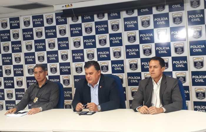 Delegado Cláudio Castro (esquerda), gestor do denarc, chefe de polícia Joselito do Amaral e o delegado Nelson Souto na coletiva de imprensa nesta sexta-feira. Imagem: PCPE/Divulgação