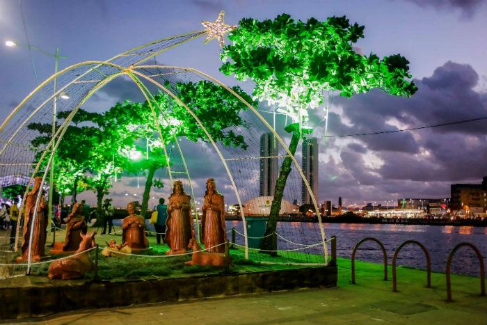 No Cais da Alfândega, a árvore de Natal de 14 metros e presépio são atrações. Foto: Andréa Rêgo Barros/Divulgação.