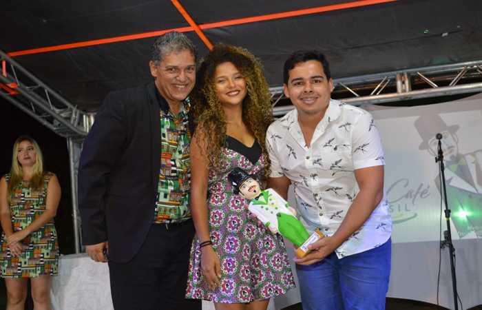 Presidente Luiz Adolpho, do Homem da Meia-Noite entregando o prêmio ao jornalista Samuel Calado. Foto: Divulgação/Homem da Meia-Noite