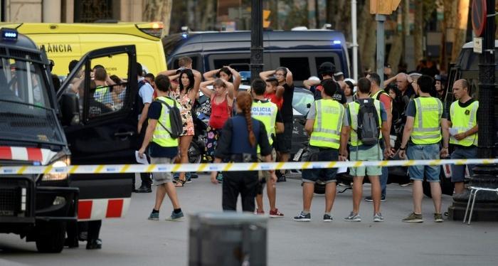 Policiais checam a identidade de pessoas após atropelamento causado por van, em Rambla, Barcelona, no dia 17 de agosto de 2017. Foto: AFP