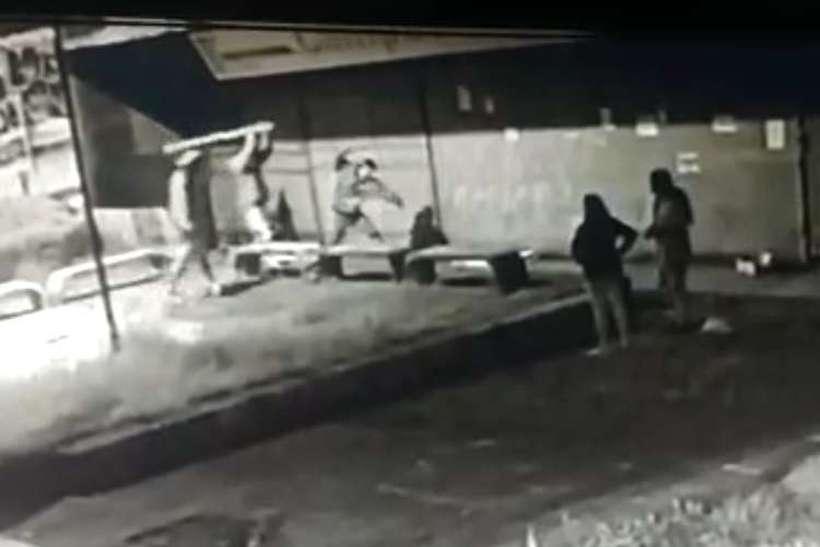 Enquanto três pessoas espancavam a vítima, outras duas observavam sem interferir ou ligar para a polícia. Foto: Reprodução