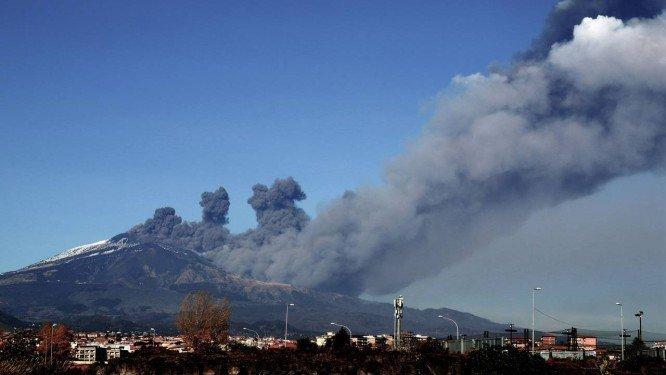 A fumaça sobe sobre a cidade de Catânia, na Sicília, durante erupção do Monte Etna Foto: GIOVANNI ISOLINO / AFP