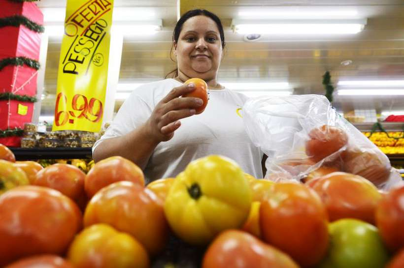 Edineia conta que, com o quilo de produto custando entre R$ 6,49 e R$ 9,90, teve de reduzir as compras. Foto: Marcelo Ferreira/CB/D.A Press