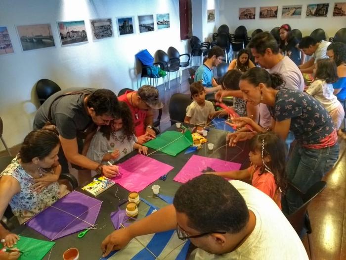 As crianças não só aprenderão como fazer pipa como poderão levá-la para casa. Foto: Jadson Barros/Divulgação.