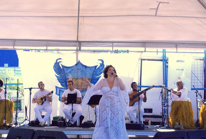 Karynna Spinelli convidou mulheres percussionistas e instrumentistas para a festa. Foto: Divulgação