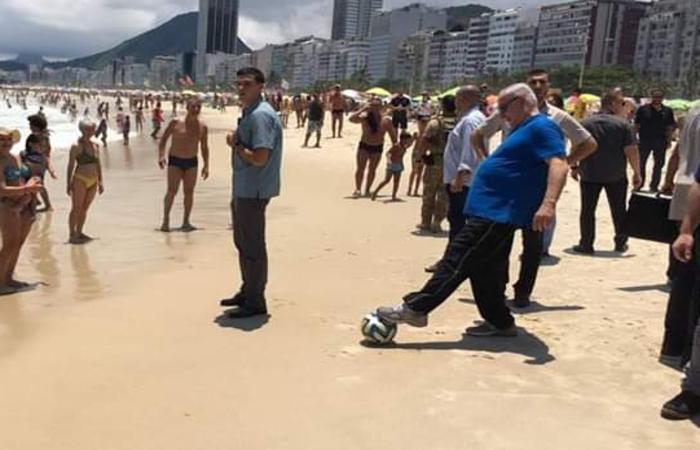 Binyamin Netanyahu brinca com uma bola enquanto passeia pela praia. Foto: Carlos Urias/ Twitter