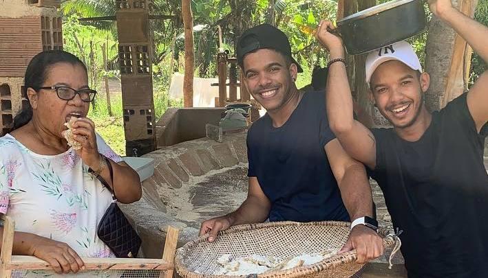 Lucas ao lado da mãe Dona Marinalva e o irmão Ricardo. Foto: Reprodução/Instagram