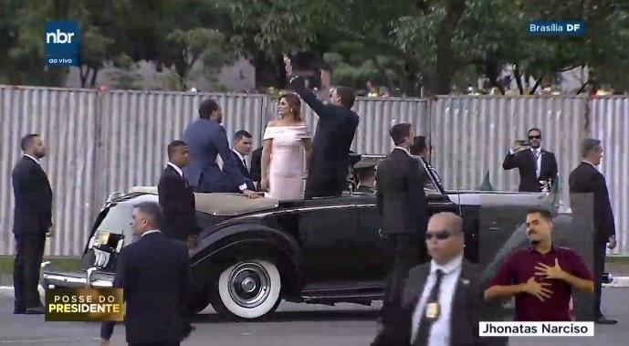 Tradicional Rolls-Royce é usado na posse  (Fotos: TV NBR/Reprodução)