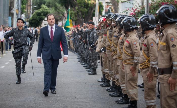Paulo Câmara faz revista às tropas, em frente à Assembleia Legislativa, após a posse. Foto: Léo Malafaia/Diario de Pernambuco