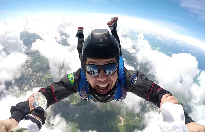 O cantor Dudu do Acordeon salta há 5 anos. Para ele, o paraquedismo vai muito além de diversão, é terapia. Foto: WhatsApp/Cortesia