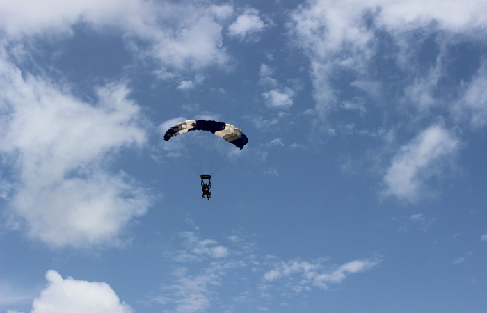 Aterrissagem do instrutor junto com o participante do salto duplo. Foto: Jefferson Belarmino/Cortesia