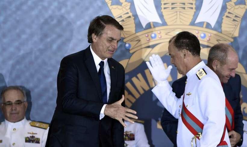 O presidente Jair Bolsonaro cumprimenta o almirante de esquadra Ilques Barbosa Junior, que assumiu o cargo de comandante da Marinha. Foto: Ed Alves/CB/D.A Press