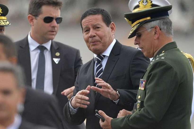 Hamilton Mourão disse que os militares vão entrar na reforma e sugeriu um aumento no tempo de contribuição antes da ida para a reserva. Foto: Carl de Souza/AFP