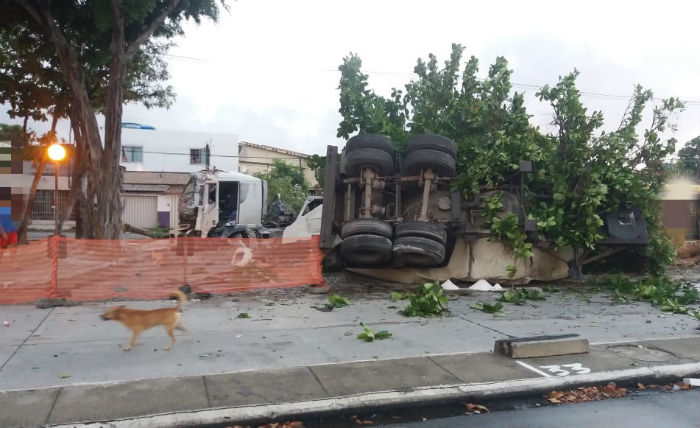 Caminhão tomba na BR-101. Foto Divulgação PRF