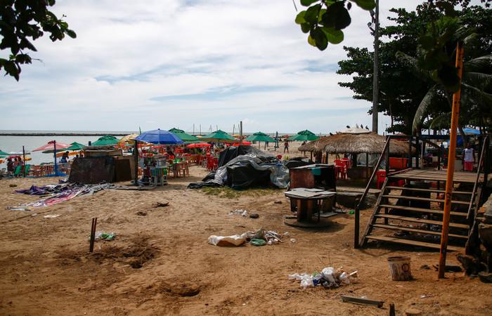 Duas barracas de palha na Praia do Bairro Novo foram retiradas pelo município. Foto: Leo Malafaia/Esp. DP FOTO
