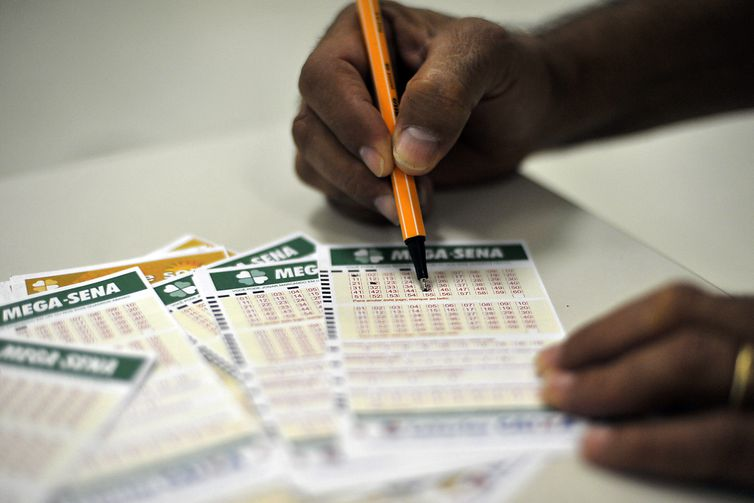 As apostas podem ser feitas pela internet ou nas casas lotéricas até as 19h de sábado. Foto: Arquivo/Agência Brasil